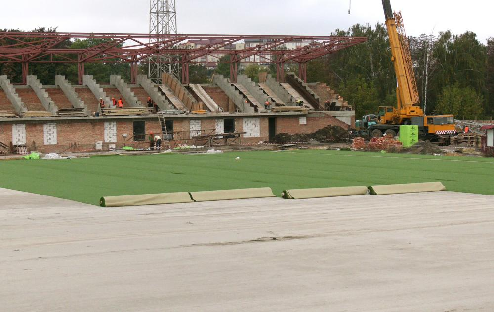 На рівненському стадіоні «Авангард» вкладають газон