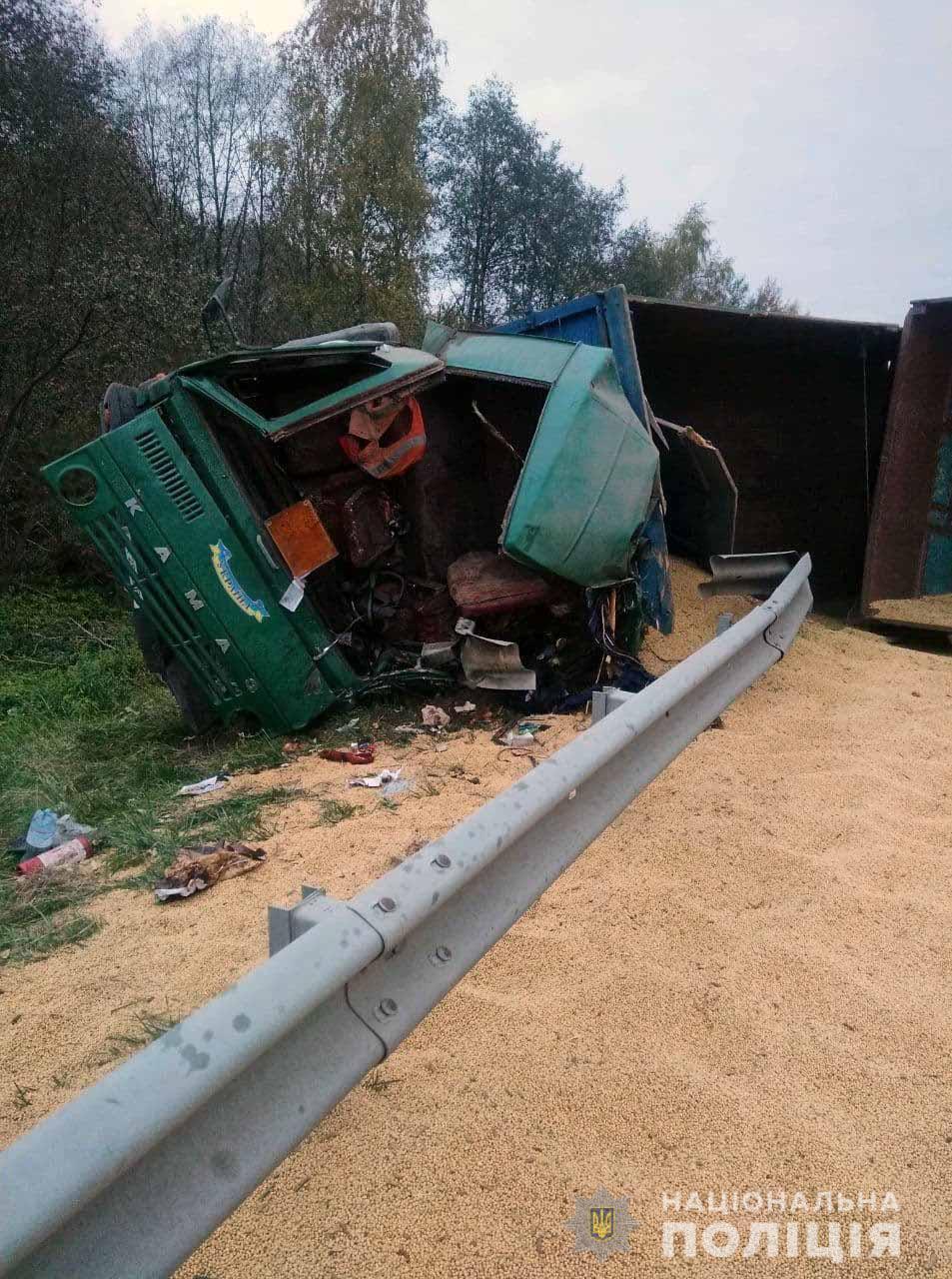 Вивозили арештований урожай: на Рівненщині сталася смертельна ДТП за участю вантажівки з соєю (ФОТО)
