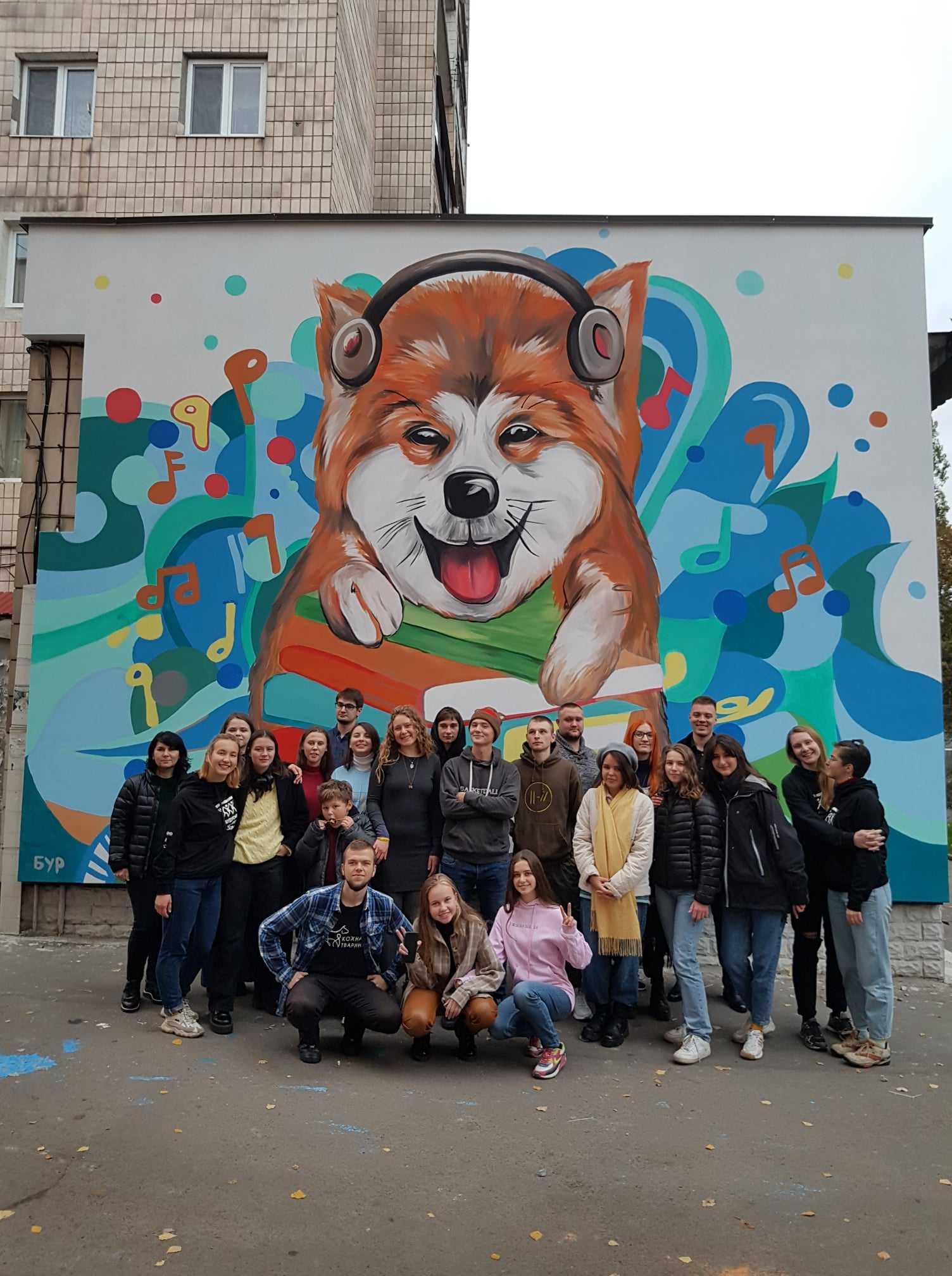 Волонтери прикрасили стіну Рівненської бібліотеки для молоді